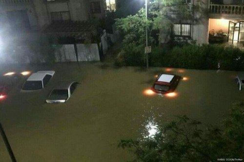 Rain water flooded Cairo's Fifth Settlement neighbourhood on 27 April 2018 [RABBI SOJON/Twitter]