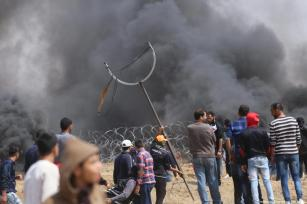 Palestinians seen protesting at the Gaza-Israel border as part of the fifth week of the Great March of Return on April 27, 2018 [Mohammad Asad / Middle East Monitor]