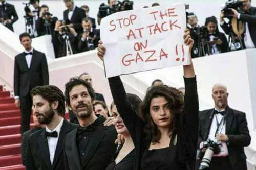 Lebanese actor Manal Issa highlighted the plight of Palestinians killed in Gaza by Israeli occupation forces as she walked the red carpet in Cannes on 15 May, 2018 [Twitter]
