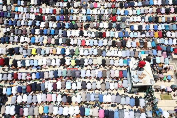 Palestinian Muslims perform the last Friday Prayer in Muslims' holy fasting month of Ramadan at Al-Aqsa Mosque Compound in Jerusalem on June 08, 2018 [Mostafa Alkharouf / Anadolu Agency]