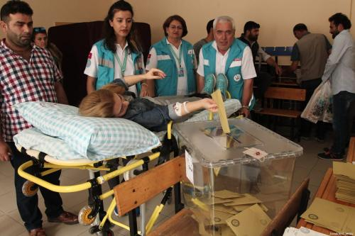 Turkey: Elderly, sick cast votes in mobile ballot boxes