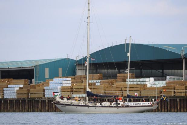 'Freedom' sails into Shoreham Harbour [Jehan Alfarra/Middle East Monitor]