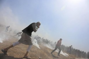 Israeli forces fire tear gas at Palestinians during a protest at the Gaza - Israel border on 8 June 2018 [Mohammed Asad/Middle East Monitor]