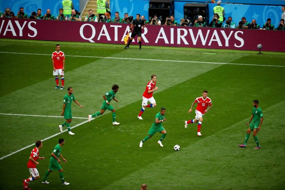 Saudi Arabian and Russian footballers seen during the opening match of the FIFA World Cup 2018 on June 14, 2018 [@QatarAirways / Twitter]