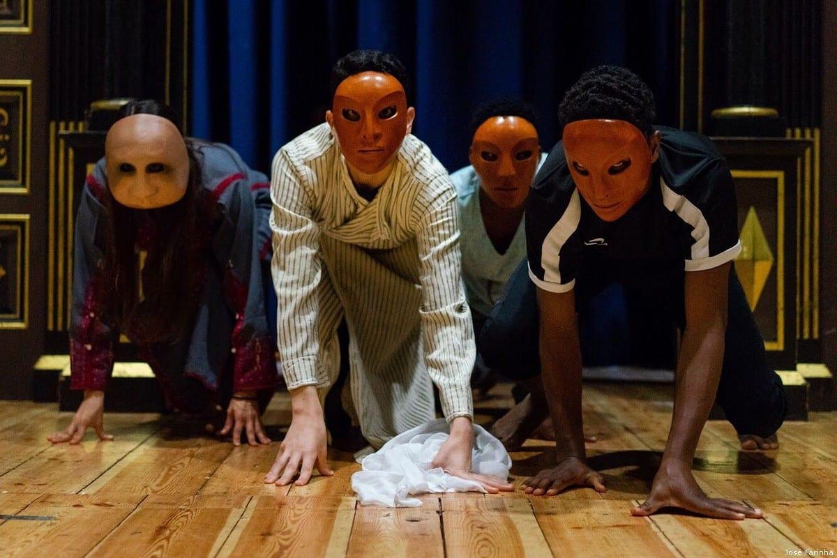 The group rehearse at the Globe Theatre [José Farinha]