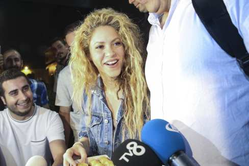 Columbian pop star Shakira holds baklava, offered by press members, as she arrives for a concert in Istanbul, Turkey on July 10, 2018. Grammy award-winning singer will perform at Vodafone Park on July 11 as part of her 6th world tour 'El Dorado'. ( Onur Çoban - Anadolu Agency )
