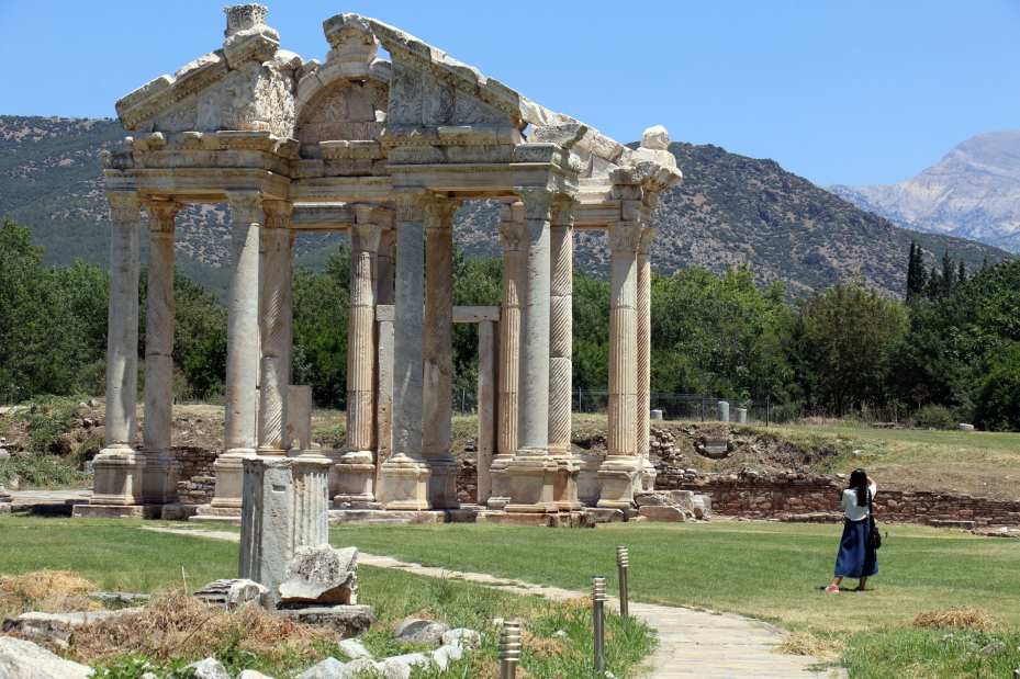 People visit the ancient city of Aphrodisias in Turkey's Aydin province, which has been included on the UNESCO World Heritage Site List, on 17 July, 2018 [Mehmet Ali Cintosun/Anadolu Agency]