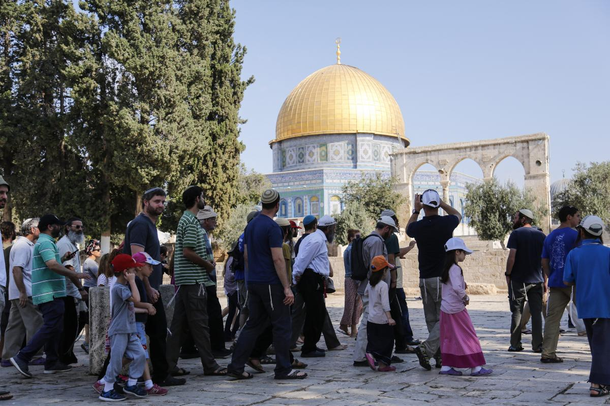 More than 1,000 Israeli settlers including children are their way into East Jerusalem's flashpoint Al-Aqsa Mosque compound backed by Israeli police officers, at the Al-Aqsa Complex in Jerusalem on 22 July, 2018 [Mostafa Alkharouf/Anadolu Agency]