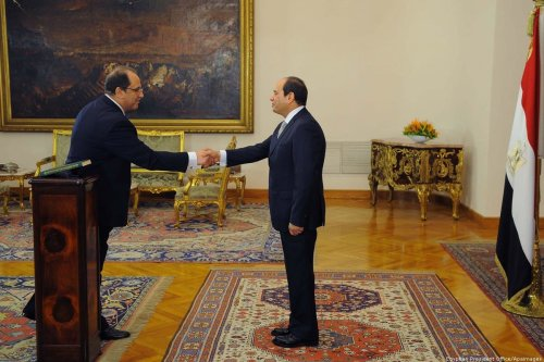 Egyptian President Abdel Fattah Al-Sisi shakes hands with Abbas Kamel, the head of General Intelligence Directorate in Cairo, Egypt on 28 June 2018 [Egyptian President Office/Apainmages]