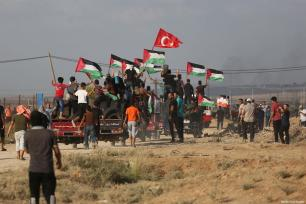 Palestinian protestors seen at the Gaza-Israel border on July 20, 2018 [Mohammad Asad / Middle East Monitor]