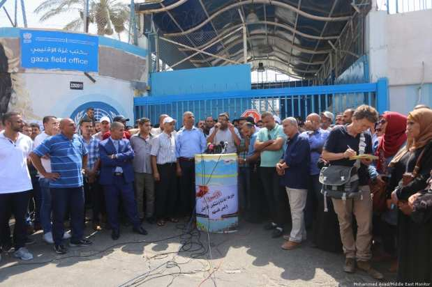 Protest outside UNRWA after employees were to be forced in to retirement [Mohammed Asad/Middle East Monitor]