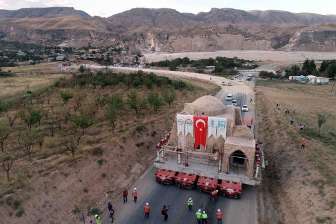 The shrine section of Imam Abdullah Zawiya is being removed to a new site on 10 September, 2018 [Bestami Bodruk/Anadolu Agency]