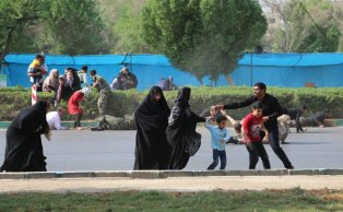 People run away from the street after an armed attack targeting a military march in the southwestern Iranian city of Ahwaz on September 22, 2018. ( Mehdi Pedramkhoo - Anadolu Agency )