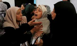 "Relatives of Mohammad Ali Inshasi, who was killed by Israeli soldiers during ""Great March of Return"" demonstrations, mourn during his funeral ceremony in Khan Yunis, Gaza on September 29, 2018. ( Ashraf Amra - Anadolu Agency )"