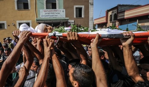 """Palestinians carry the dead body of Nasser Azmi Musbih (12), who was killed by Israeli soldiers during """"Great March of Return"""" demonstrations, during his funeral ceremony in Khan Yunis, Gaza on September 29, 2018. ( Ali Jadallah - Anadolu Agency )"""