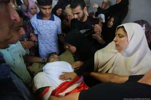 Family and friends mourn for the Palestinian who was killed by Israeli forces during the Gaza protest during his [Mohammed Asad/Middle East Monitor]