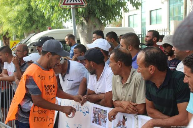 Tunisians gathered outside the Italian embassy in Tunis to protest the arrest of six local fishermen by the Italian authorities [Imed Soltani/Facebook]