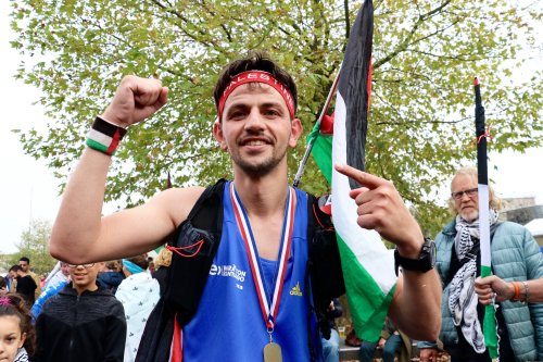 Sporting a Palestinian flag and a big medal, Mohammed celebrates his victory! Amsterdam, 21 October 2018 [Abdullah Aşıran/Anadolu Agency]