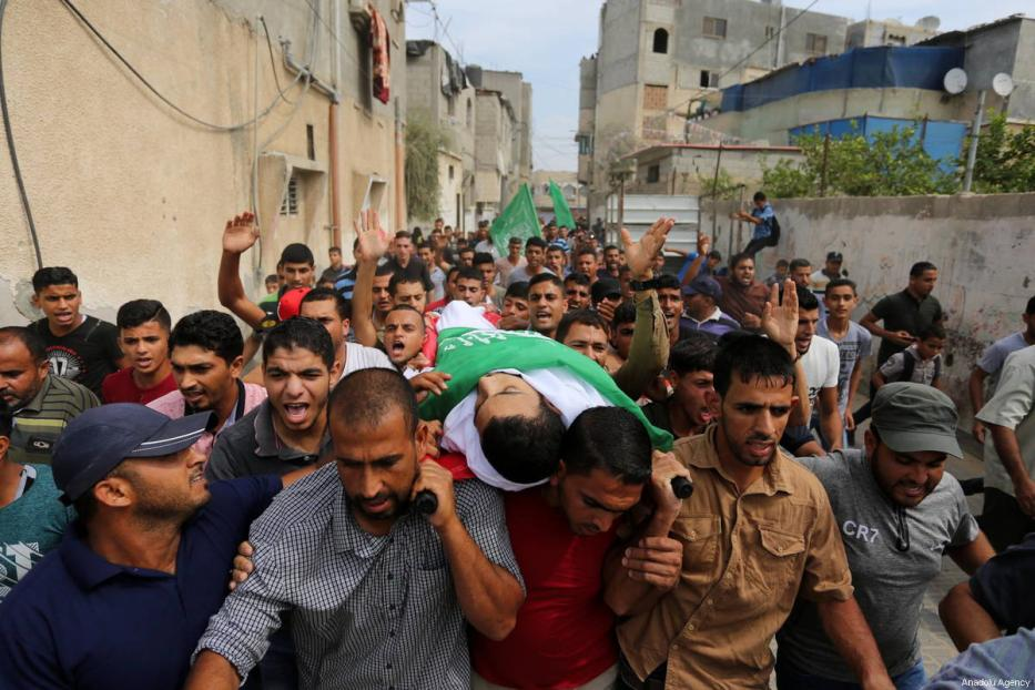 """Palestinians carry the dead body of Hussein Fathi al-Raqab (28), who was killed by Israeli forces in """"Great March of Return"""" demonstrations, during his funeral ceremony in Khan Yunis, Gaza on October 6, 2018 [Ashraf Amra / Anadolu Agency]"""