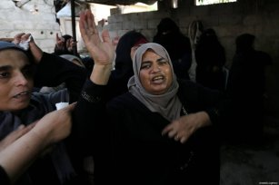 """Relatives mourn over the death of Hussein Fathi al-Raqab (28), who was killed by Israeli forces in """"Great March of Return"""" demonstrations, during his funeral ceremony in Khan Yunis, Gaza on October 6, 2018 [Ashraf Amra / Anadolu Agency]"""
