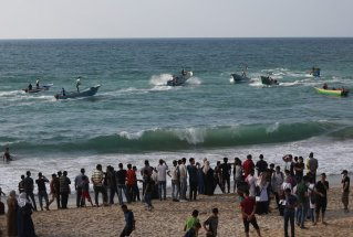 Palestinians gather to support the 'maritime demonstration' to break the Gaza blockade by sea with more than 20 vessels of various sizes in Gaza City, Gaza on 8 October 2018 [Mustafa Hassona/Anadolu Agency]