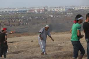 Israel wounds 130 Palestinian protesters in Gaza [Mohammed Asad/Middle East Monitor]