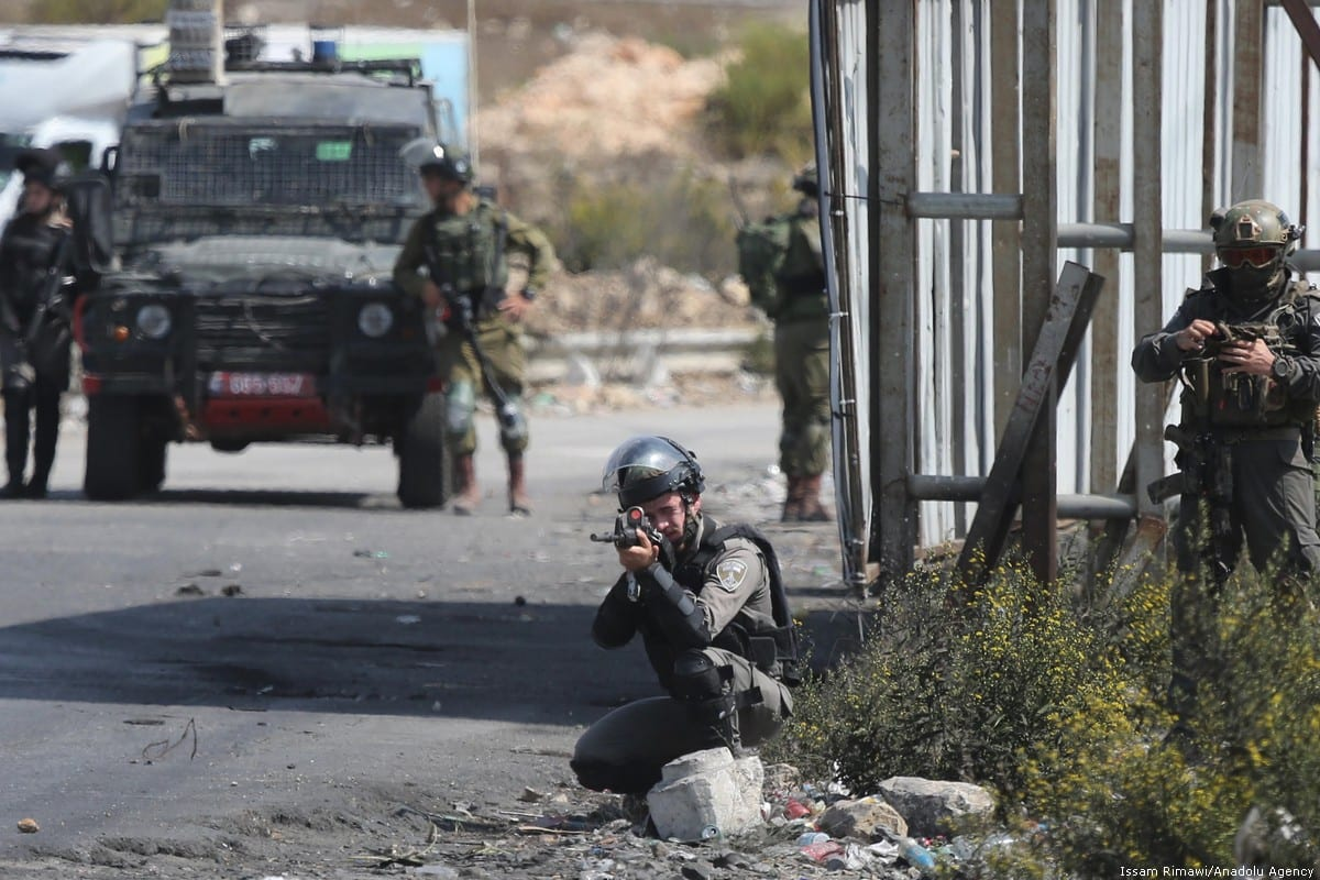 Israeli forces aim at Palestinian protesters during a rally in support of the Khan Al-Ahmar 2 October 2018 [İssam Rimawi/Anadolu Agency]