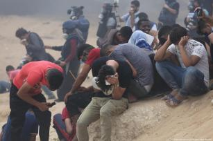 51 Palestinians injured in the Gaza Strip as a result of Israeli occupation's use of bullets and tear gas according to the Ministry of Health on 1 October 2018 [Mohammed Asad/Middle East Monitor]