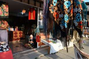Turkmen merchants sell their handicrafts at this traditional bazaar in Iran, 21 November 2018 [Fatemeh Bahrami/Anadolu Agency]