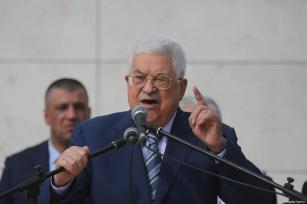 Palestinian President Mahmoud Abbas addresses Palestinians gathered at the tomb of Yasser Arafat, in the West Bank city of Ramallah, to commemorate the 14th anniversary of his death, on November 11, 2018 [Issam Rimawi/Anadolu Agency]