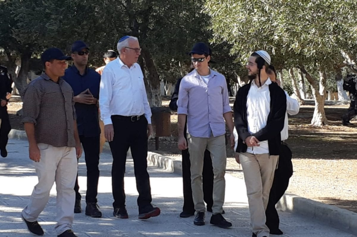 Israeli Agriculture Minister Uri Ariel (C) is seen at the Al-Aqsa compound after he and dozens of Israeli settlers forced their way into the flashpoint compound in Jerusalem on November 18, 2018. ( JERUSALEM ISLAMIC WAQF / HANDOUT - Anadolu Agency )