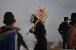 Palestinians protest during the Great March of Return on 30 November 2018 [Mohammed Asad/Middle East Monitor]