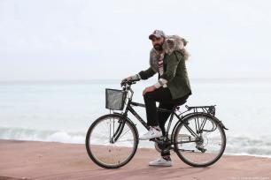 Mechanical engineer Araz Keles, takes a tour of the city on his bicycle with his two adorable Persian cats Latte and Duman in Turkey on 29 November 2018. [Orhan Çiçek/Anadolu Agency]