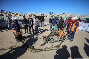 Palestinian volunteers clean up Port of Gaza from waste materials in Gaza City, Gaza on 4 December 2018 [Mustafa Hassona/Anadolu Agency]