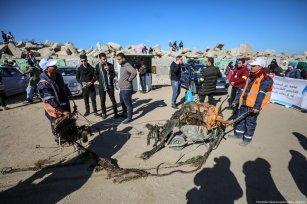 Palestinian volunteers clean up Port of Gaza from waste materials in Gaza City, Gaza on 4 December 2018 [Mustafa Hassona/Anadolu Agency]