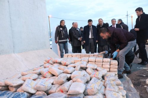Turkish police inspect heroin packages after anti-drug squads stopped a long-rig trailer truck en route from Istanbul to the eastern Van province and found a total of 1 ton and 271 kilos of heroin hidden inside frozen animal oil in the truck, in Erzincan, Turkey on December 5, 2018. [Kemal Özdemir - Anadolu Agency]