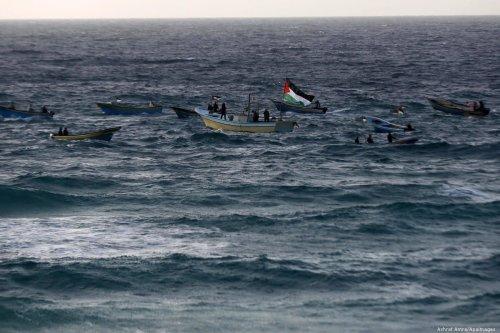 Israeli forces attack Palestinians during a protests against the Israeli blockade on Gaza Strip on 17 December 2018 [Ashraf Amra/Apaimages]