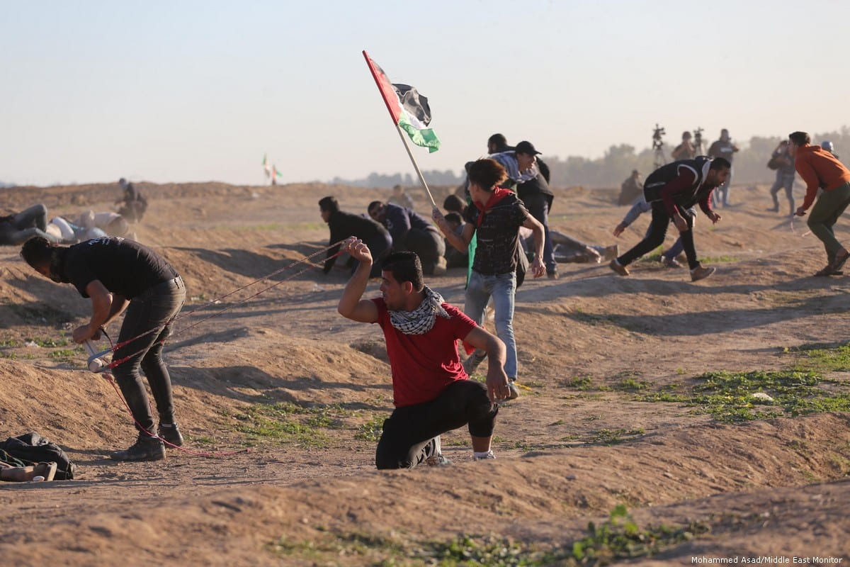 Israeli forces fire at Palestinians who are protesting at the Gaza border on 14 December 2018 [Mohammed Asad/Middle East Monitor]