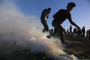 Gazans call for an end to normalisation as Israeli army uses force to disperse protestors in Gaza on 4 January 2019 [Mohammed Asad/Middle East Monitor]