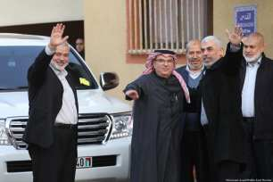 Qatari Ambassador Mohammed El-Amadi (C) is seen with Hamas officials Ismail Haniyeh (L) and Yahya Sinwar (R) in Gaza on 24 January 2019 [Mohamed Asad/Middle East Monitor]