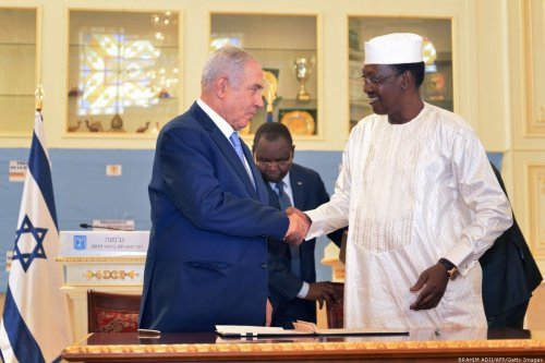 Chadian President Idriss Deby Itno (R) shakes hands with Israeli Prime Minister Benjamin Netanyahu during a meeting at the presidential palace in N'Djamena on 20 January 2019 [Brahim Adji/AFP/Getty Images]