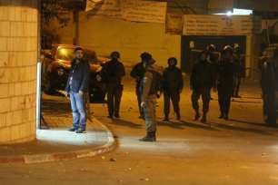 Israeli forces raid houses and shops in Ramallah, West Bank on 7 January 2019 [Issam Rimawi/Anadolu Agency]