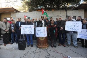 Palestinians come together to protest after Israeli forces stormed into Ofer prison beat prisoners in Ramallah on 23 January 2019 [Mohammed Asad/Middle East Monitor]
