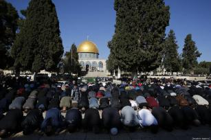 Palestinians perform the Friday prayer at Al-Aqsa Mosque Compound in Jerusalem on January 04, 2019. ( Mostafa Alkharouf - Anadolu Agency )
