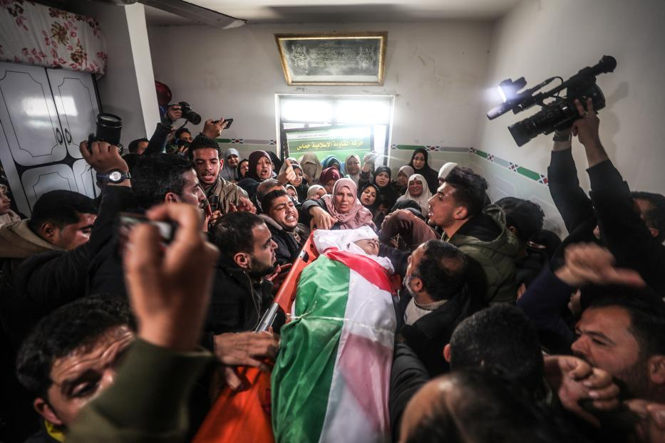People carry the body of Hassan Shalabi, 14, during his funeral ceremony at Nusseirat refugee camp in Gaza on 9 February 2019. [ Mustafa Hassona - Anadolu Agency ]