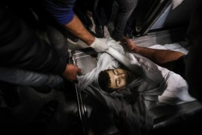 Dead body 15-year-old Palestinian Yusuf Said Hussein al-Dayeh, who was killed by Israeli army gunfire during anti-occupation protest, is seen at Al-Shifa Hospital in Gaza City on 22 February 2019. [Mustafa Hassona - Anadolu Agency]