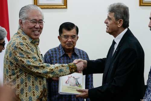 Indonesian Minister of Trade Enggartiasto Lukita (L) speaks during a press conference announcing free import duties of Palestinian dates and olive oil, with Palestinian Ambassador to Indonesia Zuhair Alshun (R) and deputy minister Indonesian Foreign affairs Mohammad Fachir (C) at the vice-presidential palace in Jakarta, Indonesia on February 28, 2019 [Anton Raharjo / Anadolu Agency]