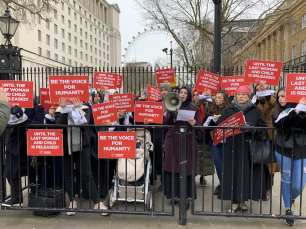 Demonstrators in London, UK, call for the release on women and children held by the Syrian regime on 8 March 2019 [Hasan Esen - Anadolu Agency]