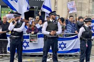 """A small group holding Israeli flags were holding a counter protest as Hundreds of protesters gather in front of the Israeli Embassy in central London in solidarity with Palestinian people who are holding large """"Great March of Return"""" and """"Palestinian Land Day"""" rallies across Gaza border, in London, United Kingdom on March 30, 2019 [Hasan Esen / Anadolu Agency]"""