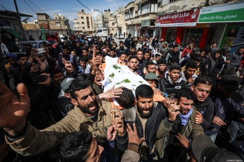 """Palestinians carry the dead body of Bilal Mamud en-Neccar (17), who was killed by Israeli forces in """"Great March of Return"""" and """"Palestinian Land Day"""" demonstrations, during his funeral ceremony in Khan Yunis, Gaza on 31 March 2019. ( Mustafa Hassona - Anadolu Agency )"""